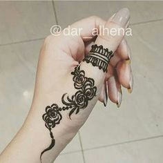 125 Stunning Yet Simple Mehndi Designs For Beginners Henna Hand Designs, Mehndi Designs Finger, Mehndi Designs For Beginners, Mehndi Designs For Fingers, Arabic Mehndi Designs, Simple Mehndi Designs, Henna Tattoo Designs, Henna Tattoo Hand, Henna Mehndi