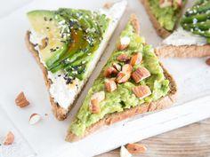 Avocado-Toast-Duo mit Sesam und Mandeln