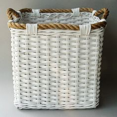 I like the rope idea for the rim/handles. Might be fun to try on a laundry basket. Newspaper Basket, Newspaper Crafts, Willow Weaving, Basket Weaving, Pine Needle Crafts, Diy And Crafts, Arts And Crafts, Basket Crafts, Paper Weaving