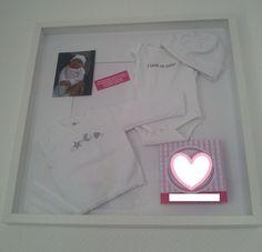 Baby De eerste kleertjes, de eerste foto en het geboorte kaartje in een mooie lijst ophangen. (deze lijst heb ik gekocht bij de Ikea)