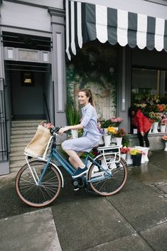 Bike Discover Dutch Bike Brands Why are Dutch bicycles so popular? Where does this popularity around the whole world come from? Probably everyone here is at least familiar with a Dutch city bi Bicycle Women, Bicycle Girl, Mountain Bike Shoes, Mountain Biking, Dutch Bicycle, Upright Bike, Bike Brands, Cycle Chic, Bicycle Maintenance