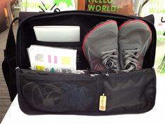 これなら「ひらくPCバッグ」にぴったりだと思って購入してみたら、案の定ぴったり。底が広く上が細い三角形につくられているバッグなので、靴をかかとから入れるとぴったり収まるんです。