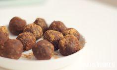 Supergezonde en lekkere amandel-cacao energieballetjes die je gemakkelijk kan meenemen als snack voor onderweg.
