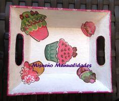 Bandejita de papel maché decorado con papel Décopatch de magdalenas.  www.misuenyo.com / www.misuenyo.es