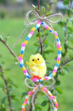 Des petits poussins se balancent gaiement sur de jolis œufs en perles colorées... voilà un chouette {DiY} pour une déco Pâques fraîche et originale !! Easter Art, Easter Crafts, Holiday Crafts, Holiday Decor, Kids Art Corner, Diy For Kids, Crafts For Kids, Diy And Crafts, Arts And Crafts