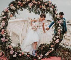 Llegados a España desde Ecuador si fueron el Si Quiero en uno de los lugares más originales que he podido fotografiar una boda. Hasta el cielo nos regaló una maravillosa luz de día nublado. Un honor para mi fotografiar su boda también siendo fotógrafos.  Decoración @la_buganvilla_arte_floral Mesa Dulce @aquarelacakes . #fotografodeboda #weddingphotographer #weddingseville #weddinginspiration #bodaenlassetas #metrosolparasol #metrosol #weddingmetropol