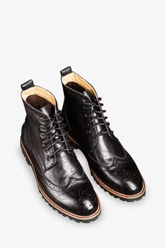 This item is shipped in 48 hours, including the weekends. The distressed look of these black leather boots will match well with a number of outfits. Padded soles allow you to continue walking in style