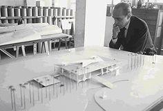 Niemeyer e a maquete do Palácio do Planalto
