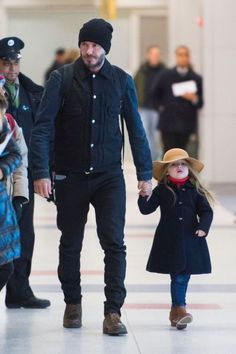 David Beckham and his daughter's fashion time is part of David beckham style outfits You can often see David Beckham on the news together with her daughter to go out or take part in some fashion,H - Estilo David Beckham, David Beckham Style, David Beckham Fashion, David Beckham Daughter, Harper Beckham, David And Victoria Beckham, Brooklyn Beckham, Look Man, Men Street