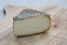 Ce fromage traditionnel auvergnat fut introduit à la cour du Roi Louis XVI par le maréchal de France Henri de la Ferté-Sennecterre. Sa pâte souple et onctueuse, aux notes végétales et au bon goût de noisette, se cache derrière une croûte d'aspect rustique à l'odeur typique de terre. Le Saint Nectaire bénéficie d'une AOC depuis 1955, ce qui en fait l'une des plus anciennes. Il a également obtenu une AOP en 1996.