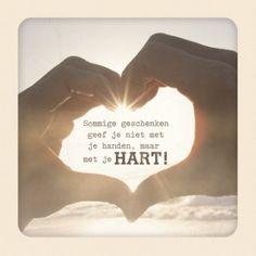 Sommige geschenken geef je niet met je handen, maar met je hart. #Hallmark #HallmarkNL #quote #wenskaart