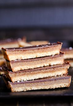 This recipe for healthy homemade Twix Bars is a game changer! When you take a bite, you won't believe that this candy bar copycat is gluten-free, refined sugar free, Paleo, and vegan. The vegan caramel is delicious. Paleo Dessert, Dessert Sans Gluten, Gluten Free Desserts, Gluten Free Recipes, Dessert Recipes, Vegan Recipes, Paleo Vegan, Vegan Gluten Free, Paleo Bars