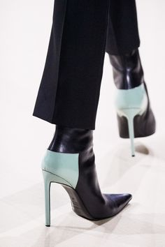Haider Ackermann Fall 2019 Ready-to-Wear Collection - Vogue Haider Ackermann Herbst 2019 Konf. Haider Ackermann, Fashion Shoes, Fashion Accessories, Fashion Dresses, Fashion Jewelry, Shoes 2018, Streetwear Shoes, Mode Shoes, Vogue