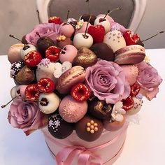 What are your favorite flowers? 🌸 mine are peonies, ranunculuses, gladioli 😌 thank you for this beautiful bunch 😍 А какие ваши… Candy Bouquet Diy, Food Bouquet, Edible Fruit Arrangements, Edible Bouquets, Chocolate Strawberries, Chocolate Covered Strawberries, Chocolate Flowers Bouquet, Edible Gifts, Chocolate Gifts