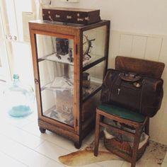 mocoさんの、昔のパンケース,Dr.バッグ,木製絵の具箱,古いGreenの椅子,牛革ハラコ,デミジョンガラスボトル,リビング,のお部屋写真