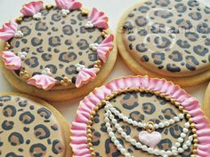 As I was making the tutorial for my grill cookies, the little coals reminded me of leopard print, so I decided to make some leopard print cookies. It's funny how some things can spark ideas that way. Click here for the leopard print tutorial.