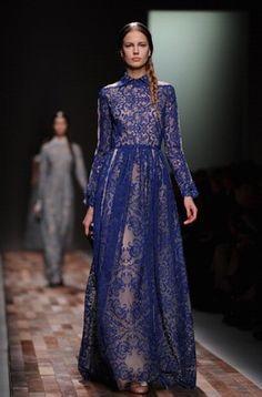 Valentino apresenta coleção romântica na Semana de Moda de Paris