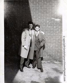 <Friendship in a shadow> Two friends, with good sense of fashion and lightning! Probably in the 1940's. /// Deux amis avec un sens du style et de la lumière! Probablement des années 1940. #vintagefashion #1940s #bromance