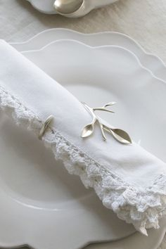 Source by table clothes ideas White Cottage, Rose Cottage, Come Dine With Me, Napkin Folding, Linens And Lace, Shades Of White, 50 Shades, Deco Table, Linen Napkins