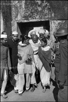 Delhi, 1948. Gandhi sortint de Meherauli, un santuari musulmà. Aquesta és una de les últimes aparicions entre el final del seu dejuni i la seva mort.