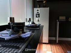 """Assista o sétimo episódio da série """"PROJETO CRIATIVO""""! A Imprimax forneceu espaço e materiais para que arquitetos e designers de interiores esbanjassem toda a sua criatividade, mostrando as possibilidades da utilização de vinis autoadesivos na decoração de ambientes. Confira agora o resultado incrível e conceitual que a design de interiores STELLA LINGUANOTTI criou. Designers, Vinyls, Architects, Creative, Creativity, Log Projects"""