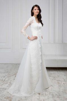 Jednoduché svadobné šaty zdobené čipkovaným plášťom s rukávmi
