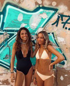 Cute Friend Pictures, Friend Photos, Beach Friends, Friends In Love, Black Bikini, Hot Bikini, White Bikinis, Best Friend Goals, Poses