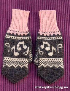 Sangfuglen vi har i familien har lenge ønska seg et sett med lue og votter med… Mittens Pattern, Knit Mittens, Mitten Gloves, Crochet Pattern, Free Pattern, Fair Isle Knitting Patterns, Knitting Charts, Free Knitting, Dragon Cross Stitch