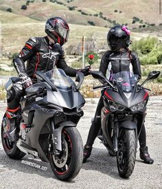 Motocross Couple, Motocross Love, Motorcycle Couple Pictures, Biker Couple, Girl Riding Motorcycle, Motorbike Girl, Biker Love, Biker Girl, Biker Photography