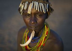 moda-tribo-etiope-colares-penas-reciclagem