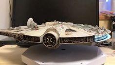 Galaxy Fantasy: Halcón Milenario que levita sobre la mesa de un escritorio
