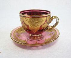 Šálek na čaj * brusinkové zlacené sklo s malovanou zlatou květinovou dekorací * Bohemia.