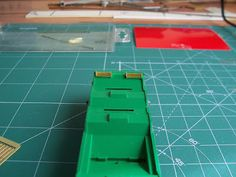 Foto 7. Mejora bobineros. Escala H0.  Proceso de detallado de los vagones portabobinas.