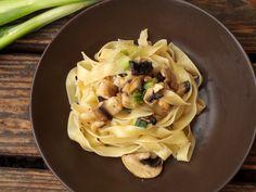 Pasta mit Frühlingszwiebeln und Champignons in Zitronensoße