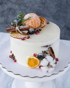 Если вы пожелаете согреться глинтвейном, в декоре торта есть половина ингредиентов для него. #скороновыйгод #2018