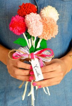 暖色系のボンボンを使い、可愛いボンボンのお花ができます。インテリアにもいいですし、プレゼントのひとつとして添えると可愛らしいですね。