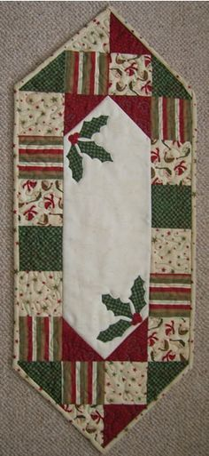 New Patchwork Christmas Quilt Charm Pack Ideas Patchwork Table Runner, Table Runner And Placemats, Quilted Table Runners, Quilted Table Runner Patterns, Christmas Patchwork, Christmas Sewing, Christmas Crafts, Christmas Quilting, Christmas Decoupage