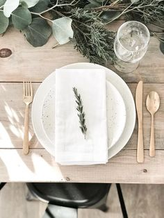 Neutraler Weihnachtstisch ideas healthy easy table decorations for home table diy table setting table ideas dinner table setting breakfast recipes for kids breakfast reci. Modern Farmhouse, Farmhouse Table, Christmas Table Settings, Holiday Tables, Holiday Parties, Minimal Christmas, Christmas Holiday, Modern Christmas, Winter Table