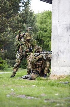 A Norwegian sniper team with the reconnaissance squadron, Telemark battalion, during a training mission in an urban environment. Military Weapons, Military Life, Indian Army Special Forces, Ghost Recon 2, Norwegian Army, Army Gears, Military Camouflage, Special Ops, Action Poses
