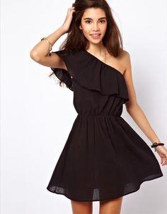 d64dce6b9c7ad Los vestidos negros son el clásico entre los clásicos. Esa prenda que no  debe faltar en el fondo de armario de cualquiera de nosotras. Si todavía no  tienes ...