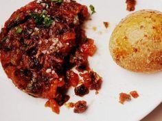 Tartar de tomates: Receta imprescindible para un aperitivo cheto... y un haiku para la alcaparra. No se pierdan esta receta ideal para hacerse el cancherito