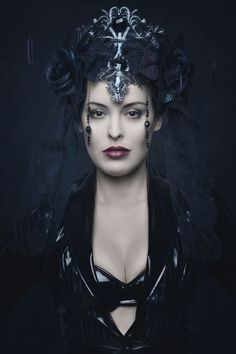 I love the head piece. Elina could use this in a flashback Gothic