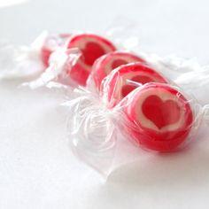 Rocks Bonbons Herz, rot-weiß, 500gr (ca. 140 Stk.) - Bonbons mit rotem Herz für eine süße Tischdeko zur Hochzeit, Kommuinion, Konfirmation oder Taufe Sweet Mountain http://www.amazon.de/dp/B00JYCF1X6/ref=cm_sw_r_pi_dp_0N.5wb01WD0FT