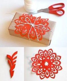 Envoltorios de paquetes o empaquetados para regalos en navidad decorado con copos de nieve recortados en cartulina.