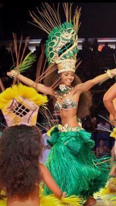 Tahitian Dancer in Green Polynesian Dance, Polynesian Culture, Polynesian People, Hawaiian Girls, Hawaiian Luau, Islas Cook, Tahitian Costumes, Tahitian Dance, Tahiti Nui