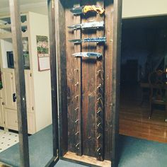 Home made knife display case ! Small Wood Projects, Home Projects, Display Shelves, Display Cases, Display Ideas, Home Made Knives, Knife Display Case, Diy Knife, Knife Stand
