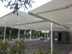 Toldos extensibles con portería en terraza para restaurante ubicado en Madrid