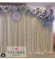 Deco ideas with paper flowers Large Paper Flowers, Paper Flower Wall, Paper Flower Backdrop, Giant Paper Flowers, Diy Flowers, Diy Backdrop, Photo Booth Backdrop, Ballons Brilliantes, Wedding Paper