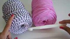 Video paso a paso para aprender a hacer este bonito bolso de trapillo con solapa redonda. Esta realizado en una sola pieza, y es ideal como bolso de mano o t... Crochet T Shirts, Diy Crochet, Crochet Baby, Crochet Handbags, Crochet Purses, Tshirt Garn, Crochet Videos, Sewing Accessories, Knitted Bags