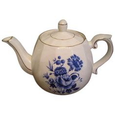Vintage Ellgreave English Floral Teapot (€77) ❤ liked on Polyvore featuring home, kitchen & dining, teapots, coffee & tea service, tea pot, vintage teapots, vintage english teapots, vintage tea pots and floral teapot